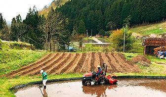 原料は自社農場でスタッフ自ら土作りから