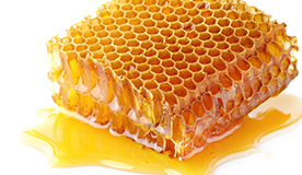 九州産桜ハチミツを巣蜜ごと使用